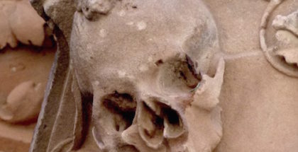 A skull with a toad atop it is difficult to find on the outer walls of the University of Salamanca